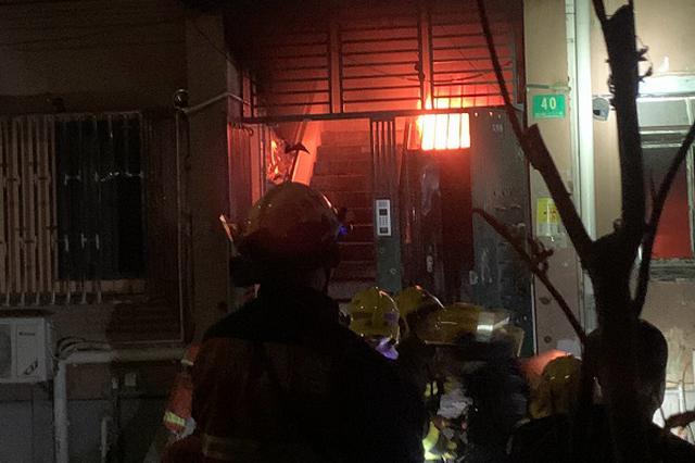 普陀区光新村楼道内冒出火光 疑电瓶车充电引发