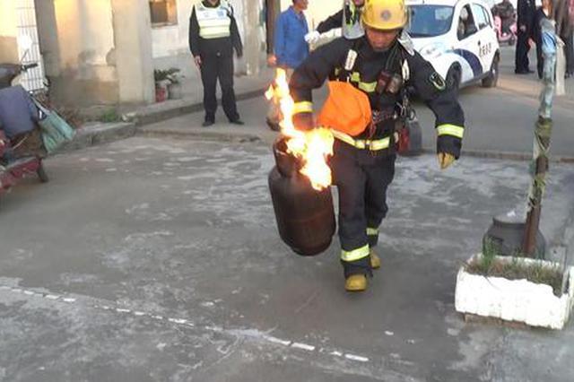 上海街头又现抱火哥 拎起冒火液化气钢瓶就往外冲
