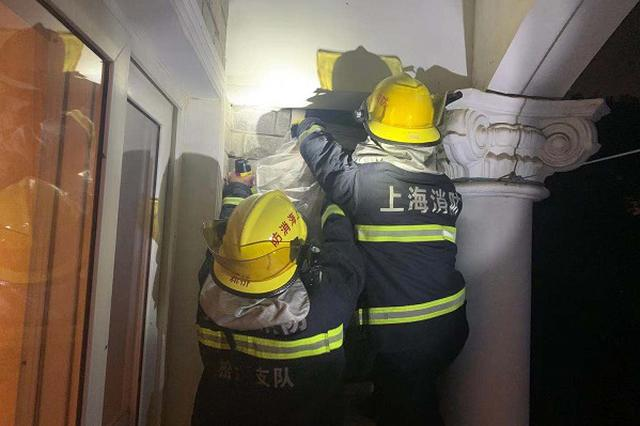 直径80厘米的巨型马蜂窝寄居家中 消防队员紧急处置
