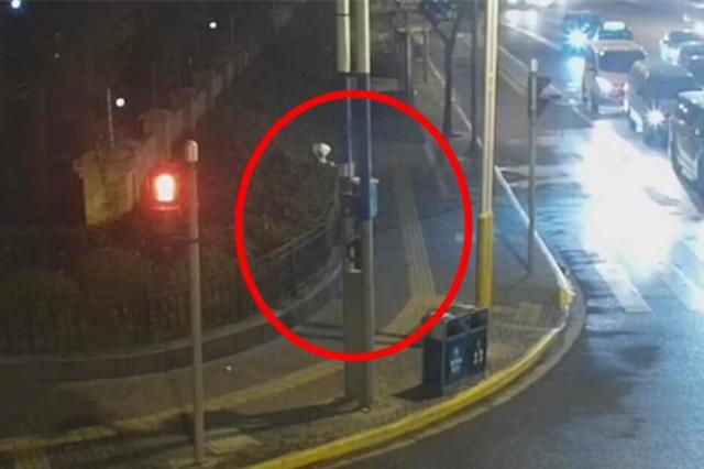 男子醉驾闯卡后弃车逃逸 被静安警方依法刑事拘留