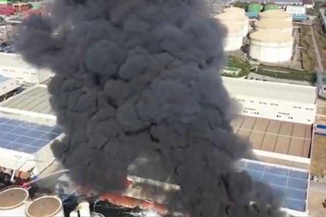 上海外高桥一公司产生火情 现场浓烟滚滚