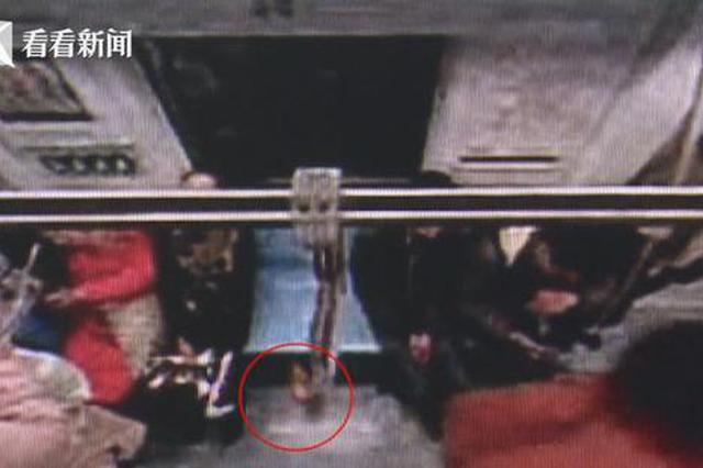 阿姨在地铁上弄丢老伴骨灰 被乘客当吃的捡走带回家