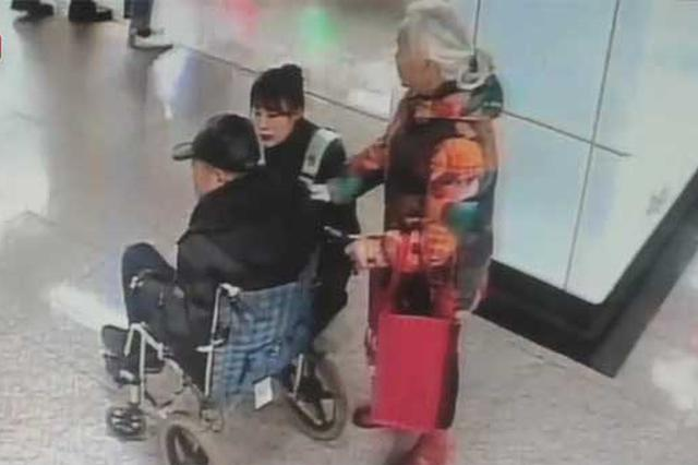 老人地铁站内突发中风 站务员民警联手8分钟送上救护车