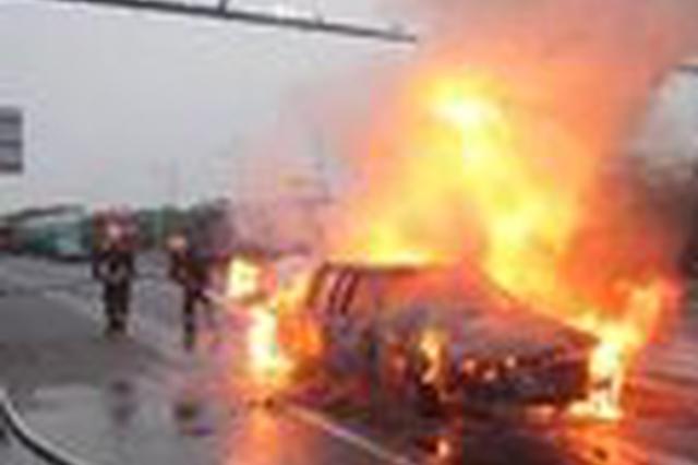 司机驾驶汽车途中车辆自燃 民警消防合力处置化险为夷