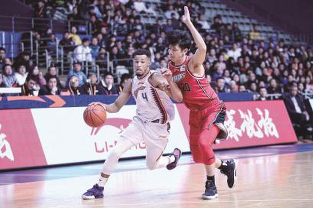 上海男篮结束六连败 主场逆转深圳队迎来新年首胜