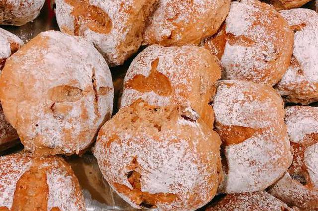 新鲜出炉的爱心面包。受访者供图
