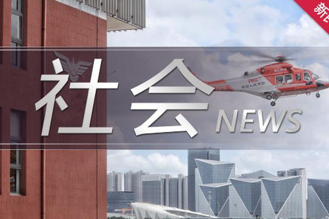 上海浦东浦明路一轿车先撞电瓶车再撞消防栓 两人受伤
