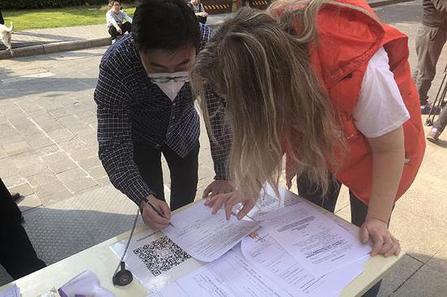 上海国际社区防疫闭环:有外籍红马甲 还有医生每天登门