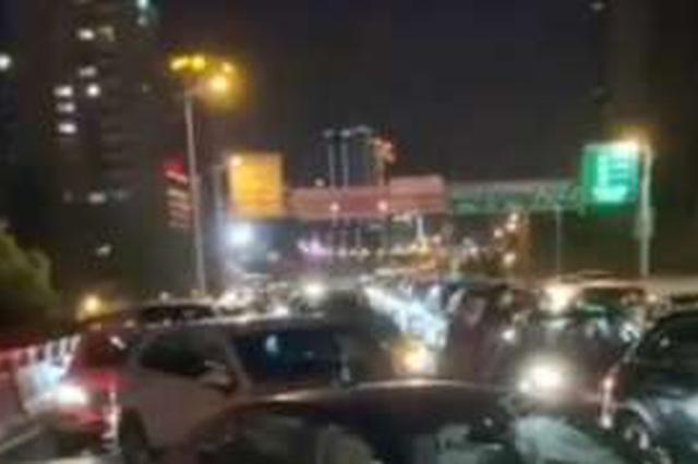 延安路高架逆行致8车事故 肇事司机有精神病史
