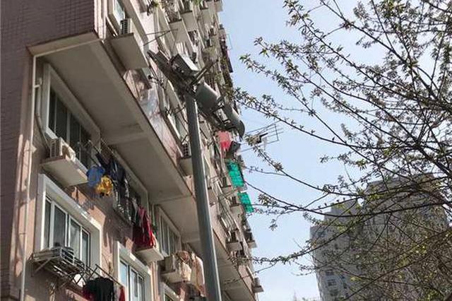上海黄浦一工地工人施工不慎 待拆灯架撞向居民楼