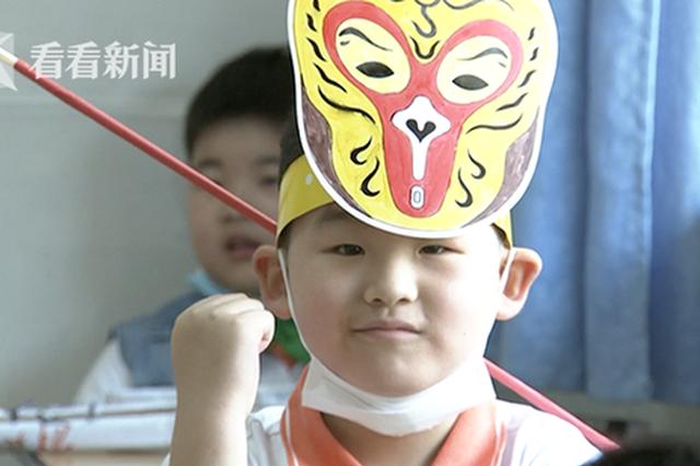 小学生头戴可爱一米帽返校 有效融合防疫与创意