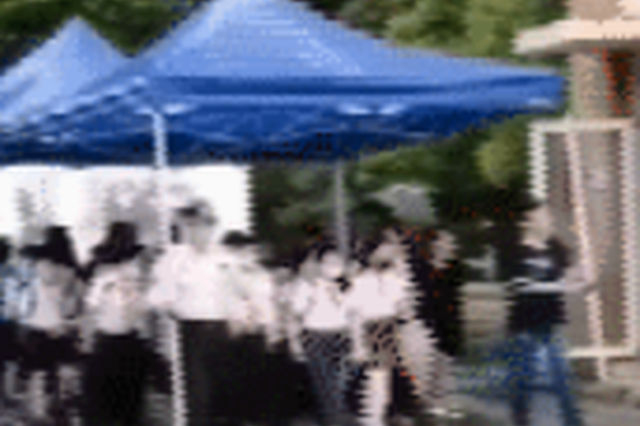 保安与教师用超大雨伞送千余学生放学 自己全身湿透