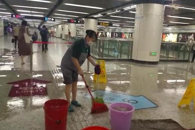 徐家汇地铁站惊现水帘洞 地铁方:港汇广场水管漏水所致