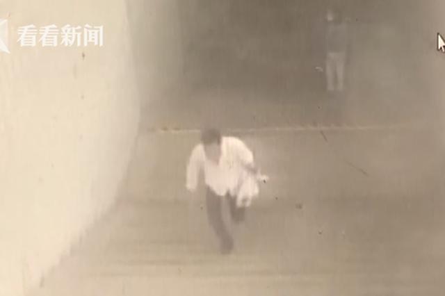 男子地铁站内伸咸猪手被女子揪出 站长飞奔500米拦截