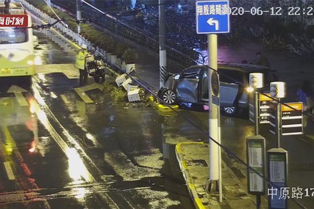 上海一司机酒后驾车把车库入口当出口 强行闯关被刑拘