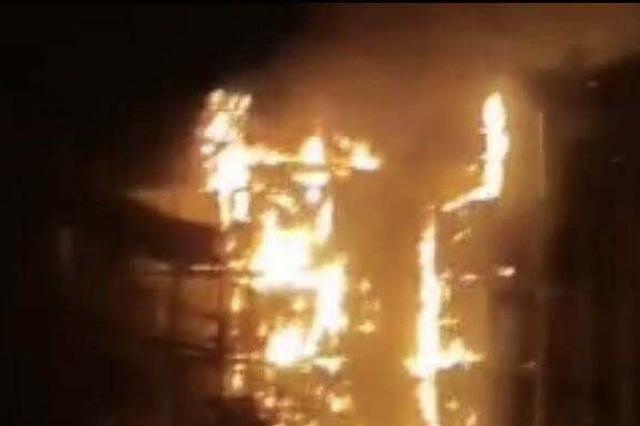 上海天山支路一居民楼脚手架发生火情 无人员伤亡