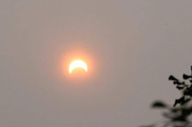 日环食天文景观昨日出现 上海天空短暂出现太阳如倒挂弯月