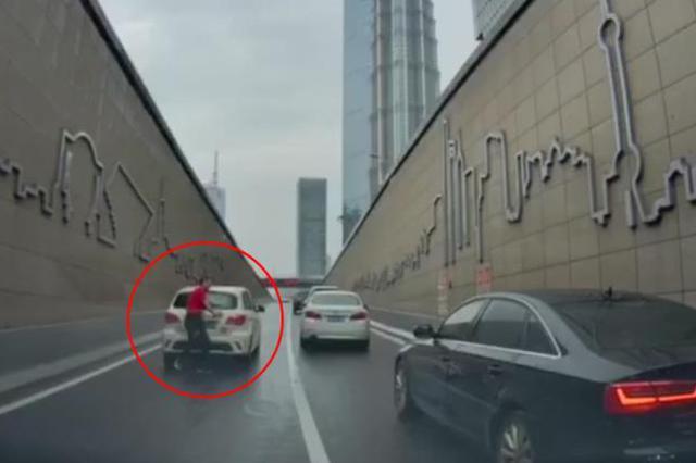 延安东路隧道口发生溜车 警方:电动车电能耗尽失去制动