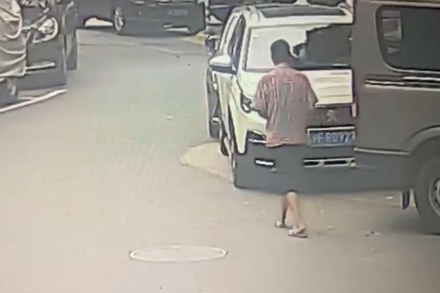 上海一老爷叔一连划伤11辆私家车 起因竟是家庭矛盾