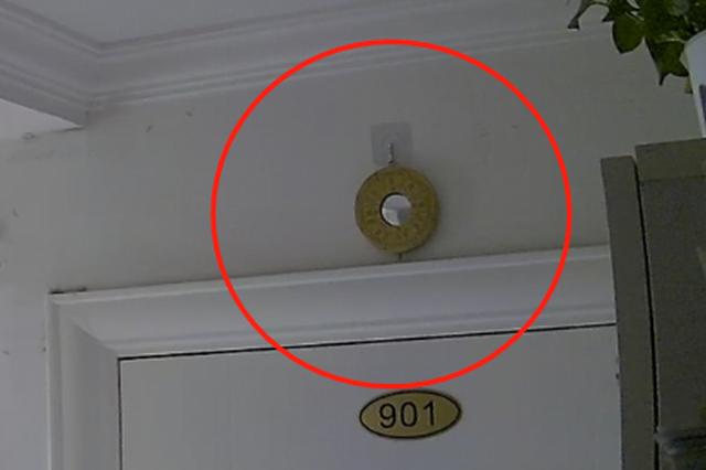 上海一居民门口悬挂八卦镜邻居报警多回 反复取了又挂