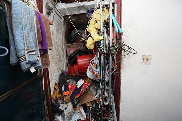 上海男子在家堆垃圾多年被依法强制执行 一天清出三卡车