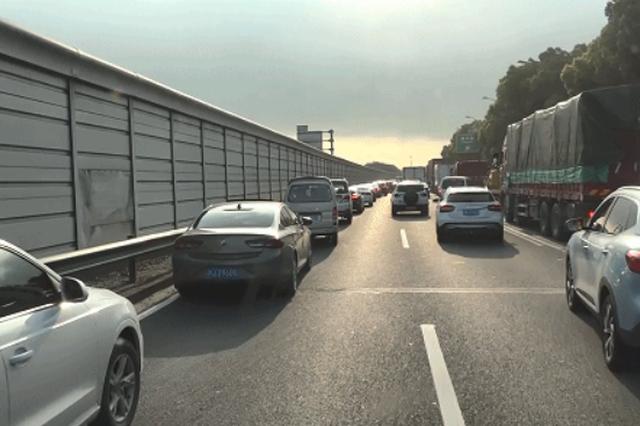 消防车在救援途中遇拥堵 上海私家车主纷纷让行