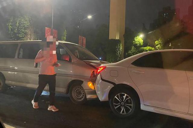 淮海中路近重庆南路5车追尾 事故未造成人员伤亡