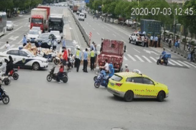 货车侧翻1000多箱茅台翻落在地 事故正在进一步调查中