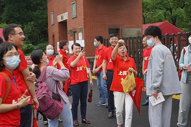 上海5万考生今日赶赴考场 疫情下高考考生们青春飞扬