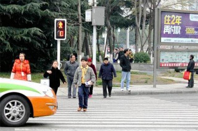 13日起行人闯红灯、乱穿马路等交通违法行为将直接处罚
