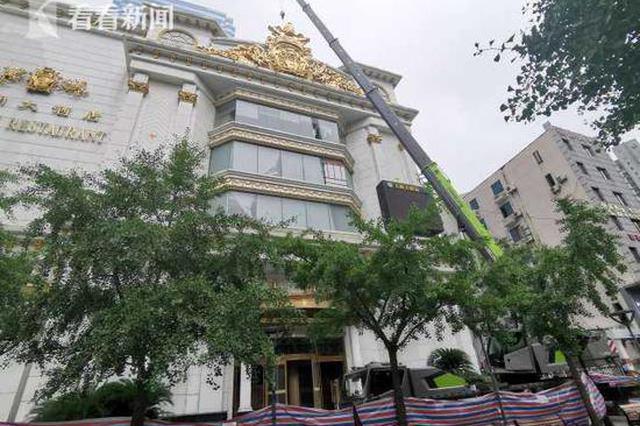 王朝大酒店户外招牌存风险隐患 城管查看立即拆除
