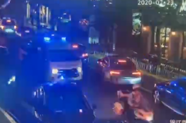 救护车晚高峰驶入拥堵路段 两边车辆45度角让出生命通道