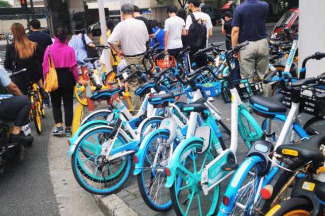 逸仙路仁德路杨浦段路口停满共享单车 堵塞公交车通行