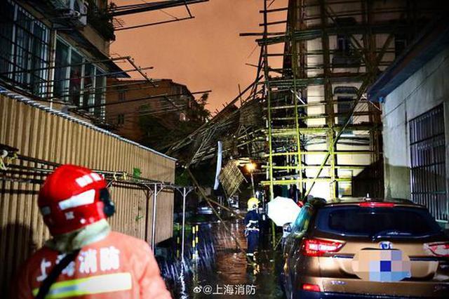 居民楼脚手架发生部分倒伏 消防员分组助排险情