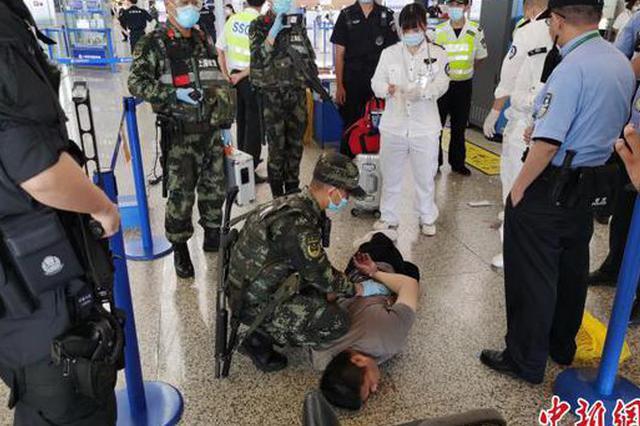 男子强行冲闯浦东机场安检门 武警哨兵第一时间制服