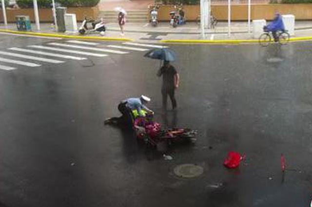 非机动车车主倒地受伤 辅警现场脱下雨衣为伤者遮挡