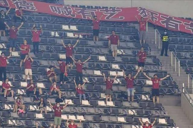 球迷首度回归中超赛场 上海上港2:1逆转战胜北京国安