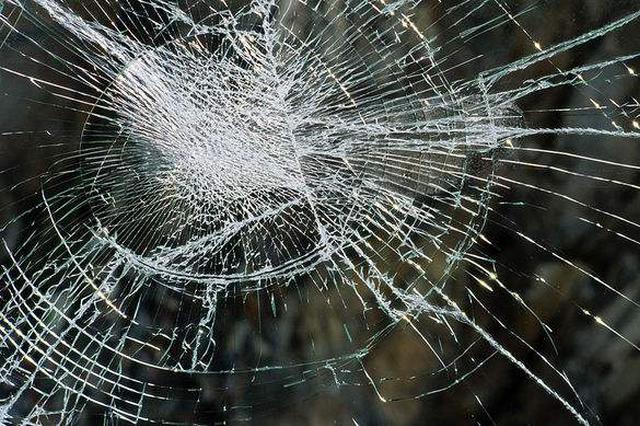 浦东新区一足浴店发生爆燃 玻璃碎片最远飞到十米外