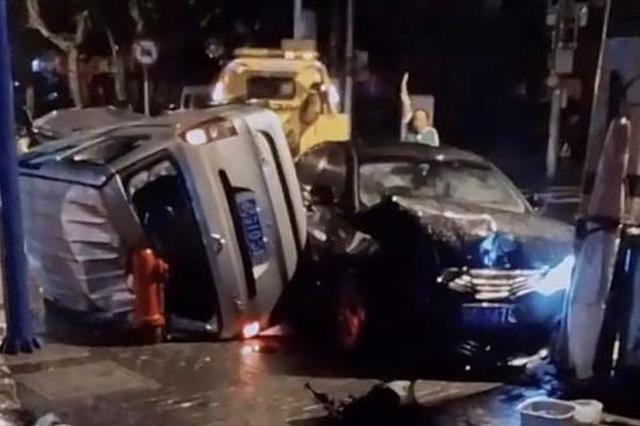 西江湾路同心路两车相撞 面包车侧翻所幸无人员伤亡