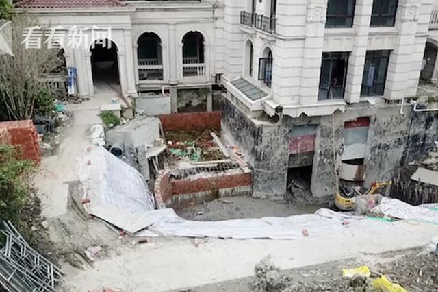 正荣国领小区一别墅装修密不透风 业主花园挖出6米深坑