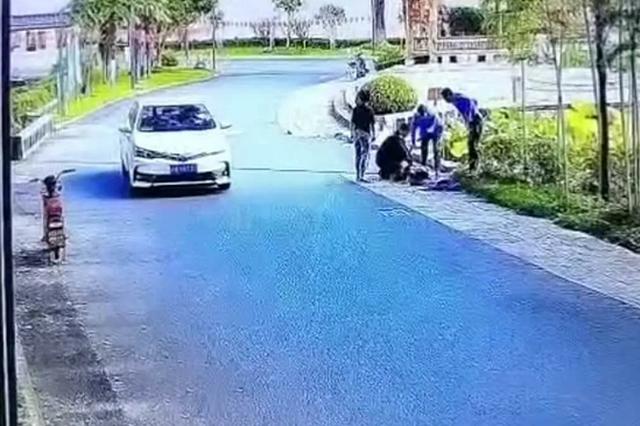 开车不慎一头冲入小区景观湖 小区保安救出被困驾驶员
