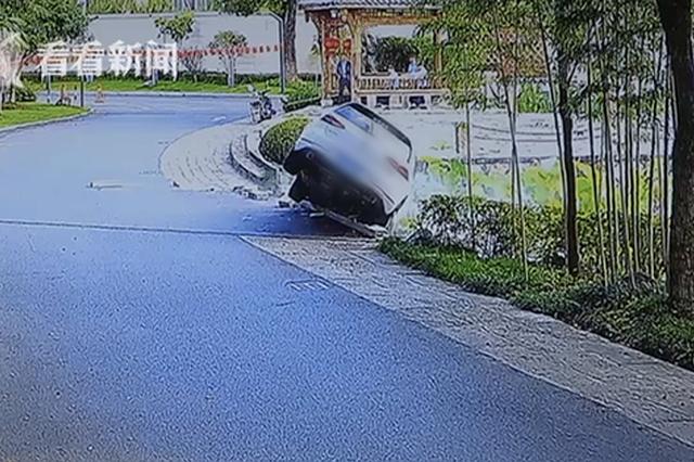 司机驾车失控冲进小区河道窒息昏迷 4名保安跳水救人