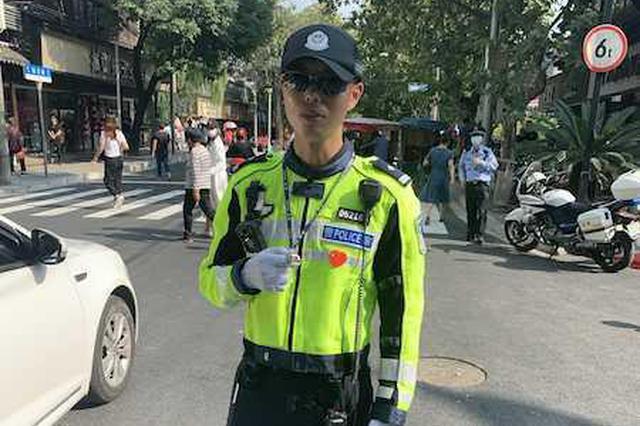 上海执勤民警收到小女孩特别礼物 交警贴在心口:暖暖的