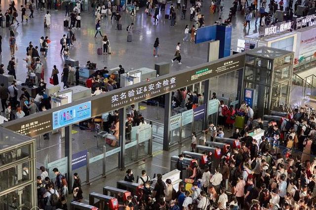 国庆中秋长假首日游子归家 上海机场火车站迎出行大客流