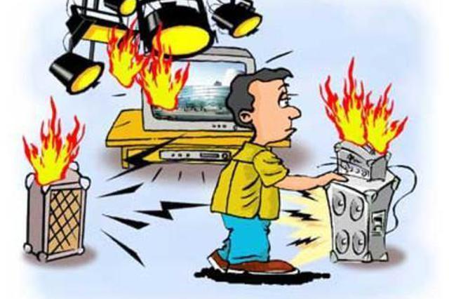 汶水东路一活动板房起火 系电器短路故障引发大火