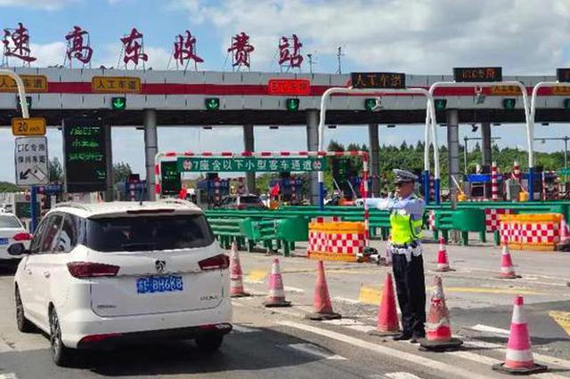返程高峰开启 交警应对长江隧桥段出城返程双向车流