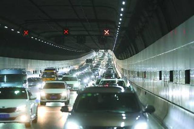 长江隧桥车流创开通以来新高 返程高峰或拥堵17小时以上