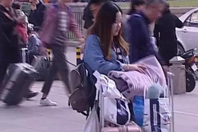 铁路上海站8日旅客将超50万 返程行李塞满父母满满的爱