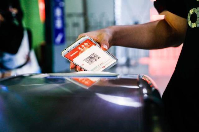 上海地铁推出同行票 一部手机最多支持3人同行刷码过闸