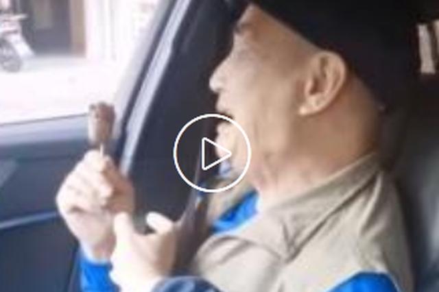 男子与81岁父亲抢雪糕 父亲患阿尔兹海默症已9年